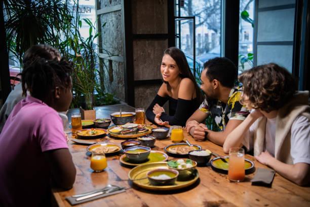 un grupo de estudiantes sentados en la mesa en un café, charlando, - happy couple sharing a cup of coffee fotografías e imágenes de stock