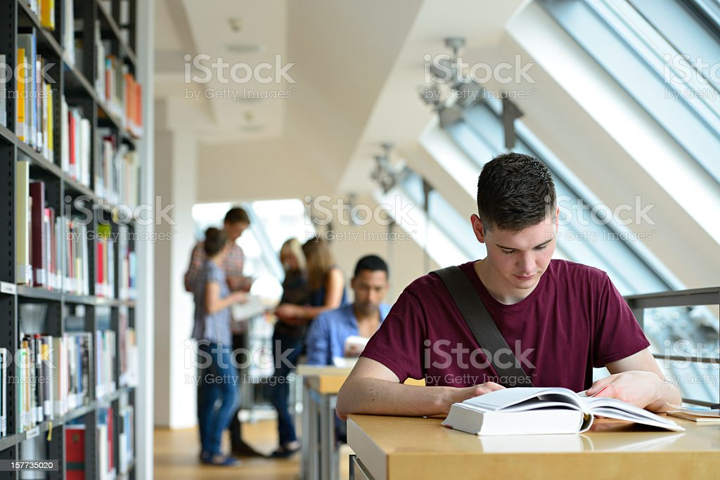 Gruppe von Studenten lernen in einer Bibliothek – Foto