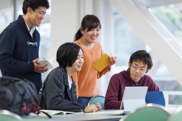 て勉強する学生グループ  - 大学生 パソコン 日本 ストックフォトと画像