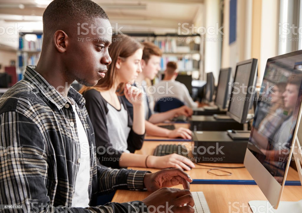Group Of Students Using Computers In College Library - foto stock