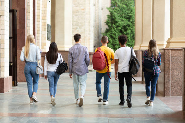 group of students walking in college campus after classes - city walking background foto e immagini stock