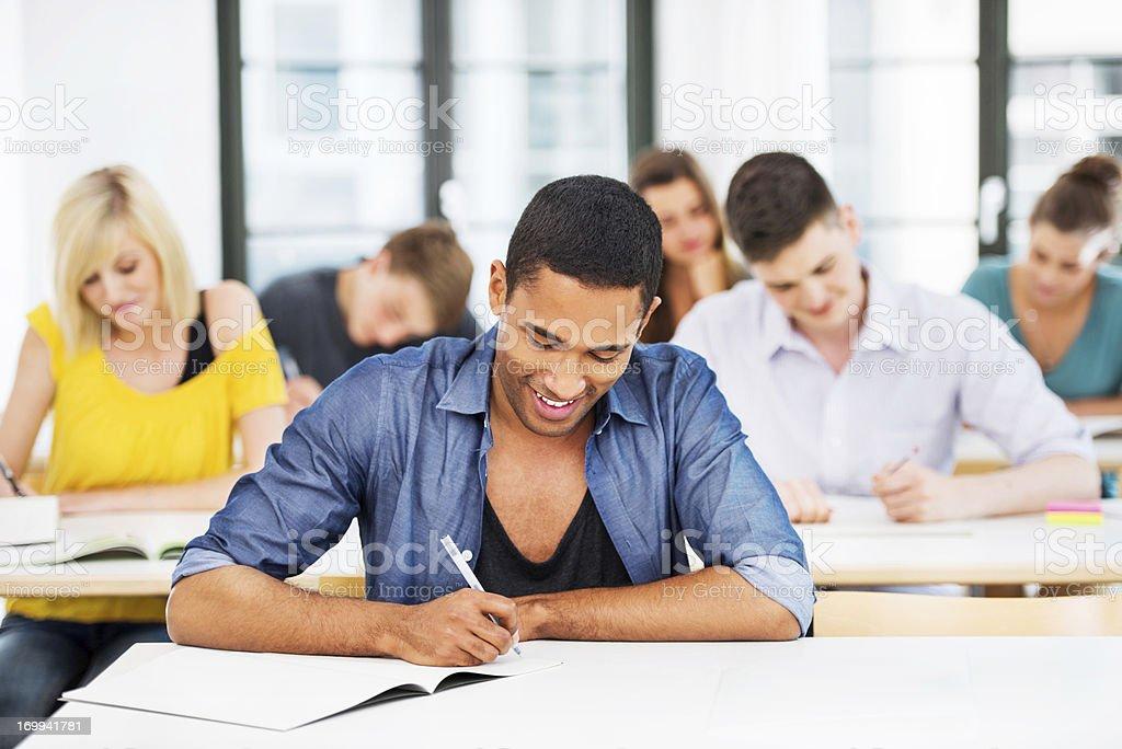 Gruppe von Studenten im Klassenzimmer zu schreiben. Lizenzfreies stock-foto