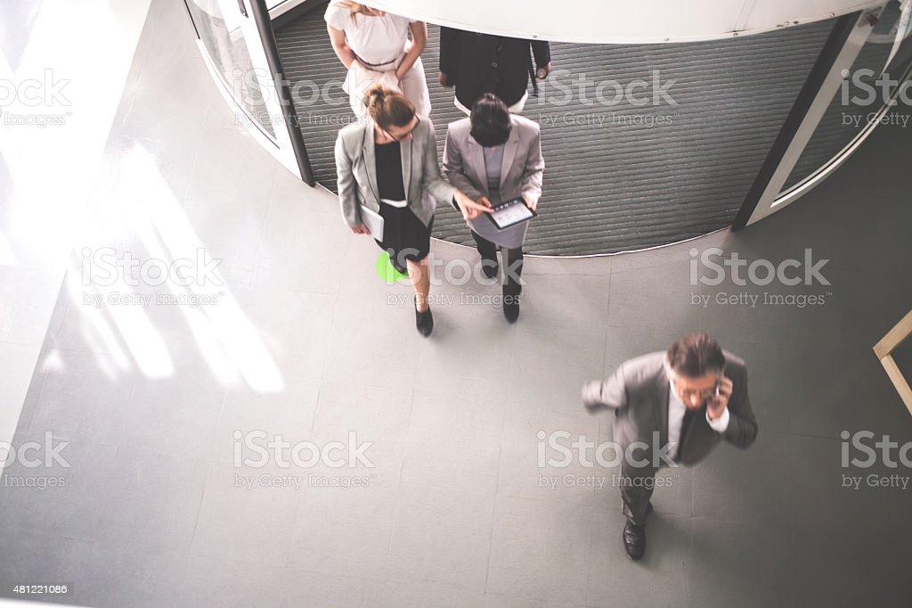 Gruppe von erfolgreichen Geschäftsleute gehen – Foto