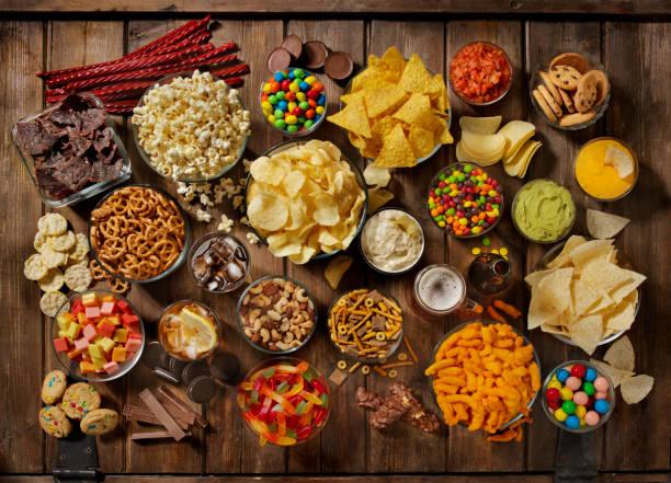 一組甜的和咸的小吃, 完美的暴飲暴食 - 不健康飲食 個照片及圖片檔