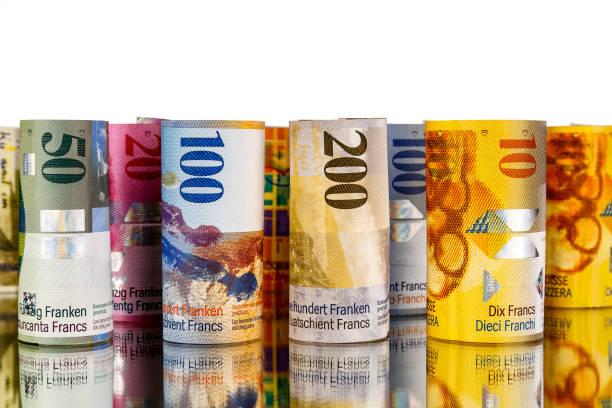 een groep zwitserse franc-bankbiljetten in rollen - franken stockfoto's en -beelden