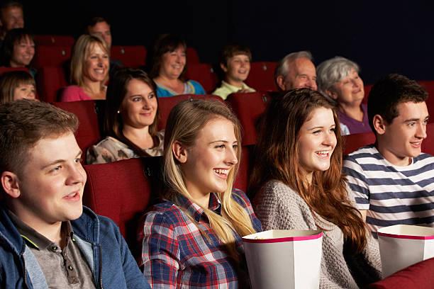 gruppe von teenage friends watching-in kino - jugendfilm stock-fotos und bilder