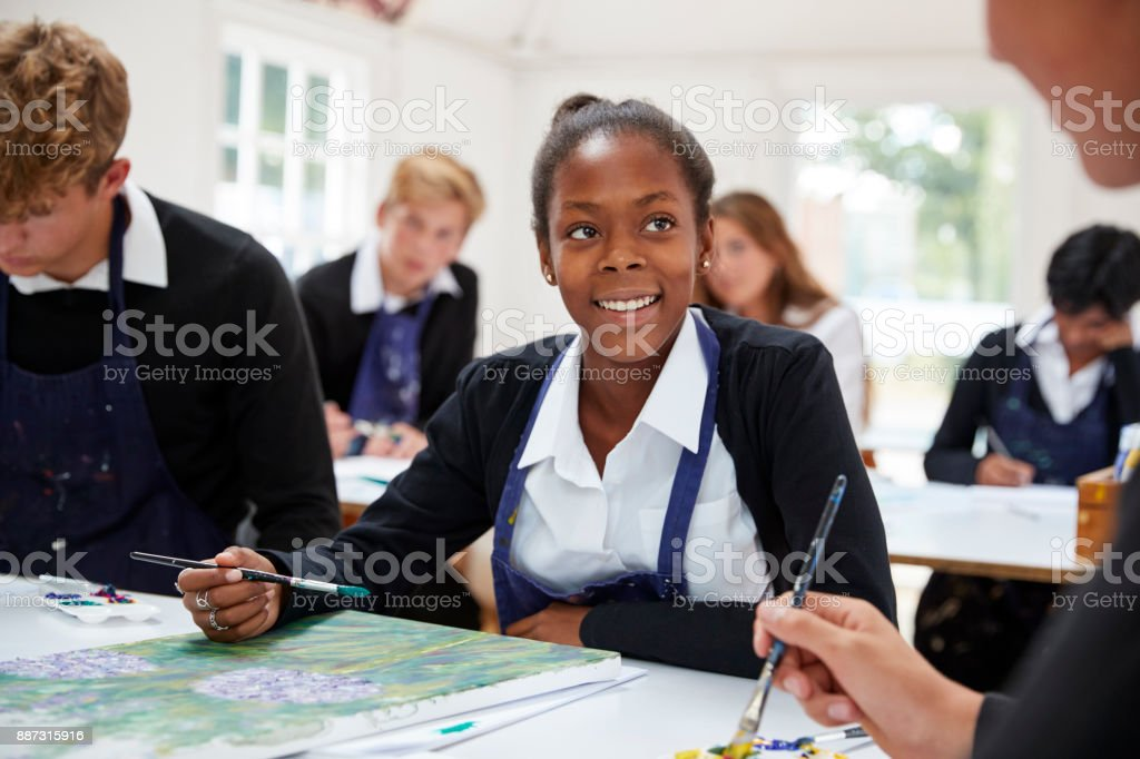 Grupo de estudantes adolescentes estudando juntos na aula de arte - foto de acervo