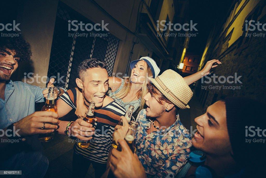 Gruppe der Teenager Freunde feiern gemeinsam In Street - Lizenzfrei Alkoholisches Getränk Stock-Foto