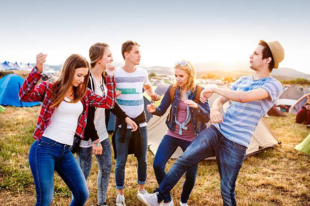 eine gruppe von teenagern beim sommer-musik festival-tanz - tanz camp stock-fotos und bilder