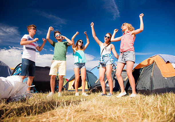 group of teenagers at summer music festival dancing, tents - tanz camp stock-fotos und bilder