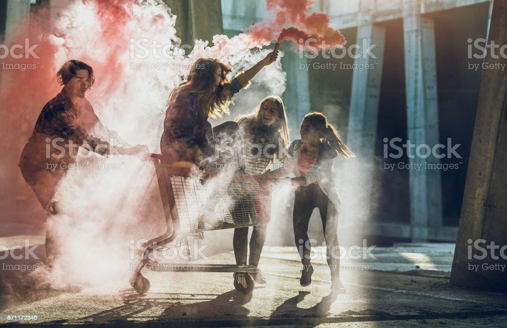 Gruppe von Jugendlichen hängen – Foto