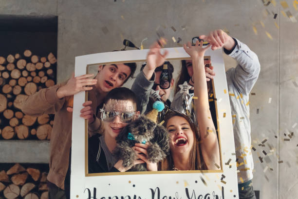 Gruppe von Jugendlichen mit Silvester-Party – Foto