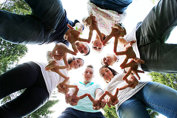 Group of teenagers Mixed teenage group fun ecole stock pictures, royalty-free photos & images