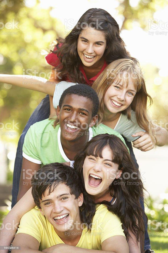 Gruppe von Jugendlichen im Park extrem Lizenzfreies stock-foto