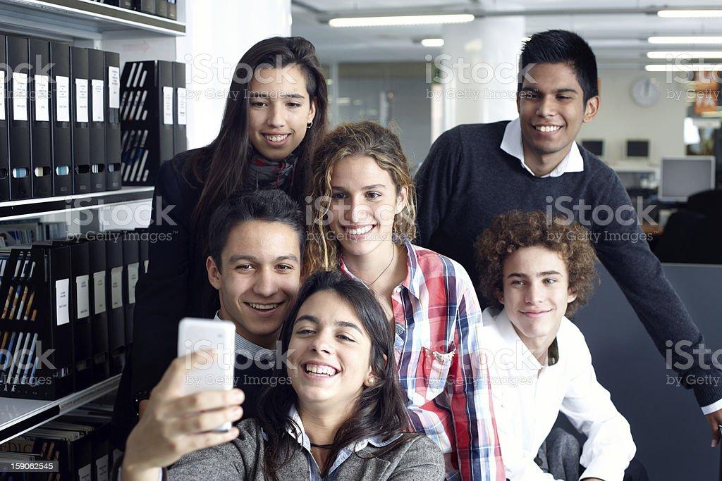 Gruppe von Teenagern, die ein Selbstporträt mit Smartphone – Foto