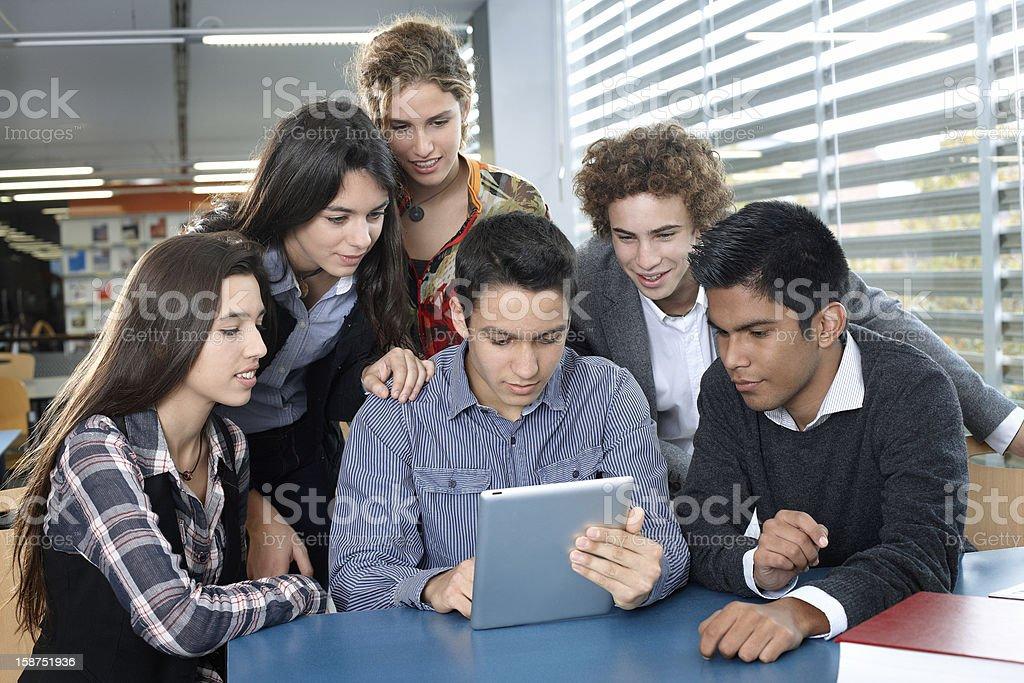 Gruppe von Teenagern, die mit digitalen tablet – Foto