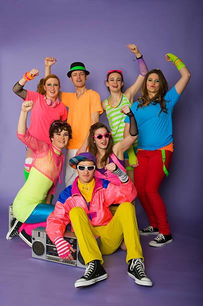 gruppe von teens - 80er outfit stock-fotos und bilder