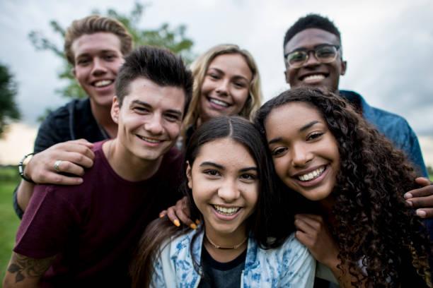 gruppe von teens - jugendalter stock-fotos und bilder