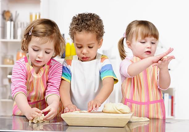Gruppe von Babys/kleine Kinder spielen mit den Teig vorbereiten / – Foto