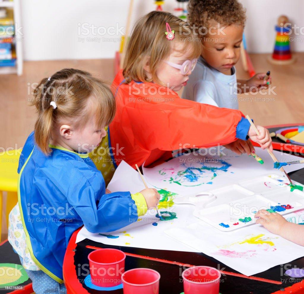 Fotografía de Grupo De Niños Pintando En Un Entorno De Jardín De ...