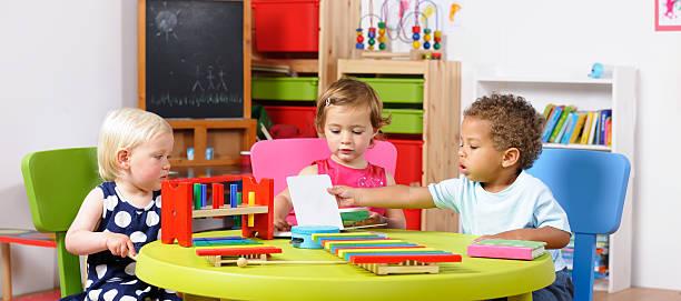 Gruppe von Babys lesen – Foto