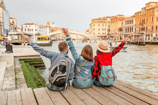 Gruppe von Touristen am Venedig-Kanal, Reisen und Urlaub für Freunde in Italien und Europa Konzept – Foto