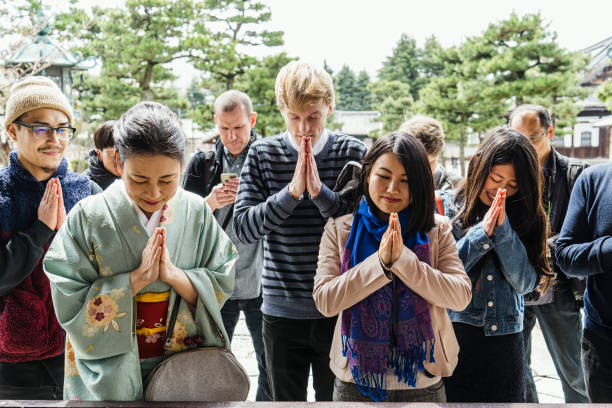 日本のお寺の観光客のグループ ストックフォト
