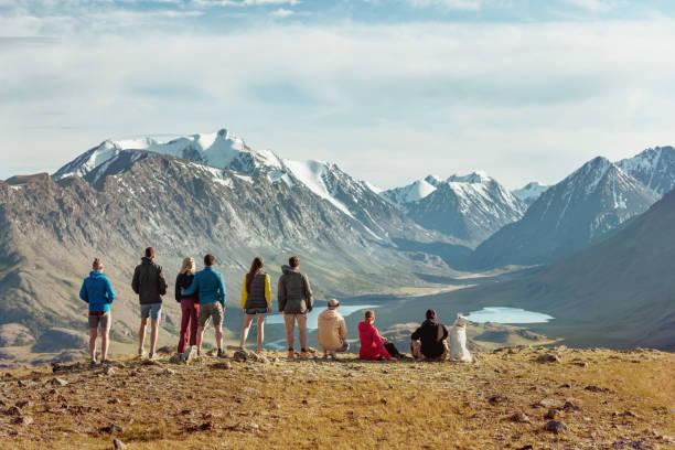 group of tourists in mountains - państwowy rezerwat przyrody altay zdjęcia i obrazy z banku zdjęć