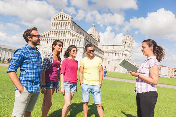grupa turystów w pizie, włochy - przewodzić zdjęcia i obrazy z banku zdjęć