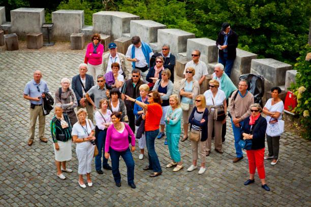 gruppe von touristen hören zum guide - lissabon reise stock-fotos und bilder