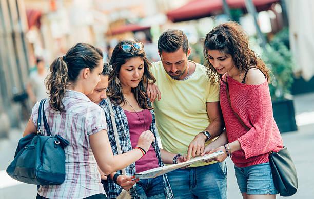 Eine Gruppe von Touristen mit Karte in der Stadt – Foto