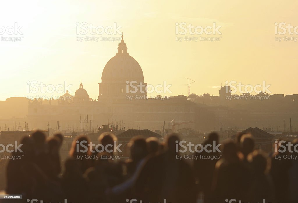 Groupe de toursist admirer la basilique Saint-Pierre au crépuscule, Rome photo libre de droits