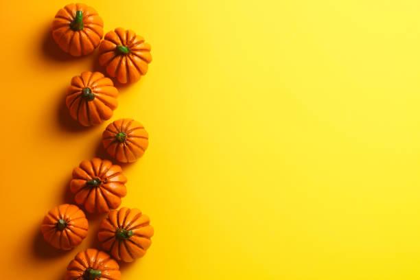 Gruppe von Spielzeug Kürbisse auf gelbem Hintergrund – Foto