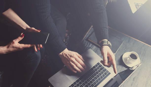 Gruppe von zwei Kollegen machen große Brainstorming im Arbeitsprozess in modernen Loft. Junge bärtige Mann mit Laptop. Menschen treffen Geschäftskonzept. Horizontal, Farbfilter. – Foto