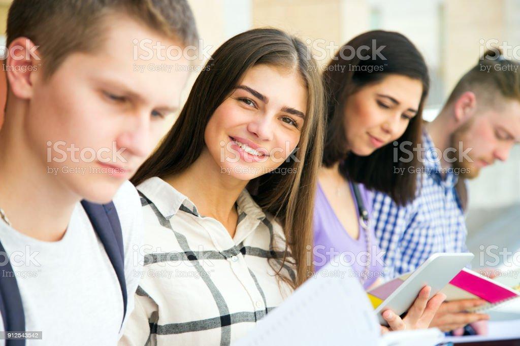 Gruppe von Studenten der Universität studieren – Foto