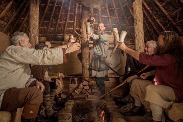 Eine Gruppe von Wikinger-Männern in einer Wikinger-Dorfsiedlung – Foto
