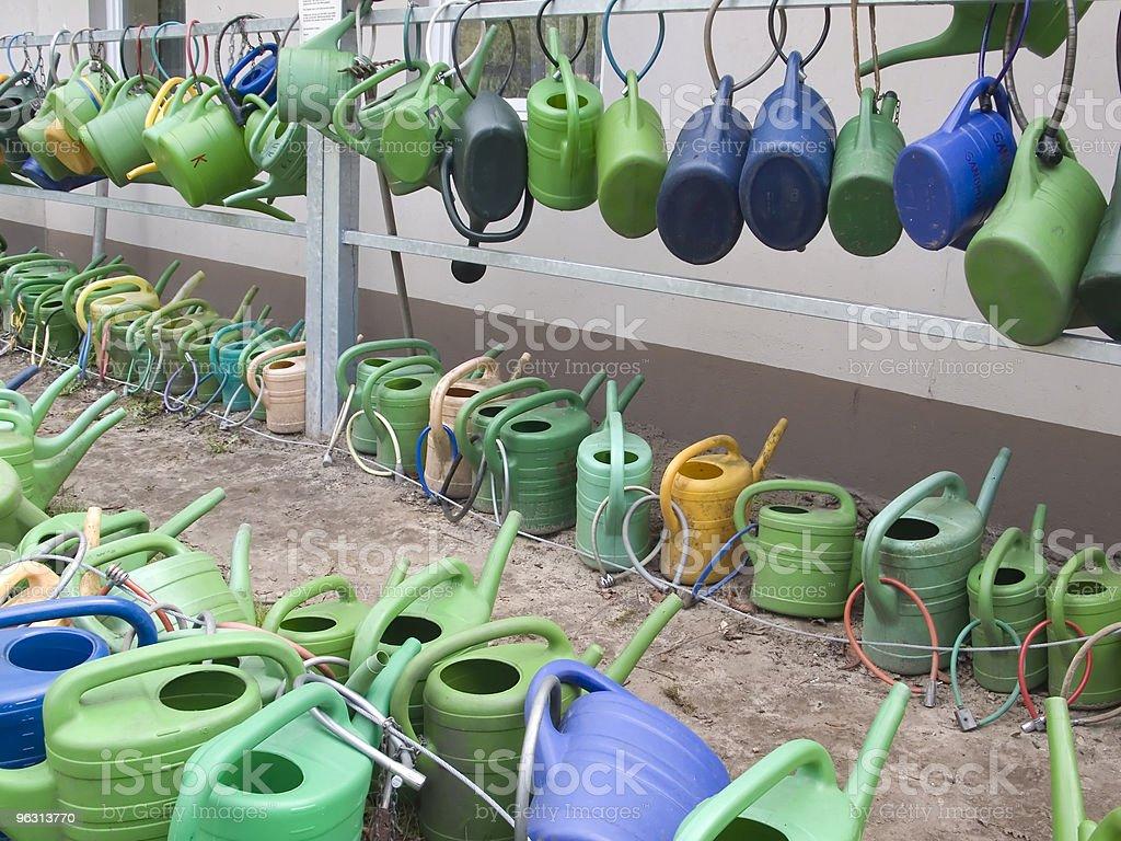 Group of watering cans - Royaltyfri Blomrabatt Bildbanksbilder