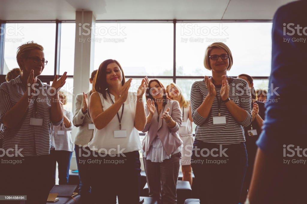 Grupo De Mujeres Aplaudiendo Después De Discurso