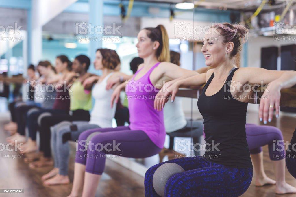 Gruppe von Frauen, die Barre + TRX Training - Lizenzfrei Aerobic Stock-Foto