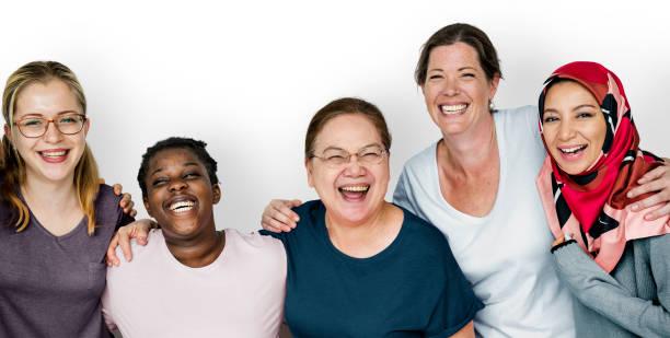gruppe von frauen feminismus zweisamkeit lächelnd teamarbeit - rawpixel woman stock-fotos und bilder