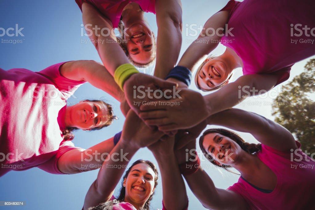 Gruppe von Frauen, die Bildung von Hand Stapel in das Boot camp – Foto