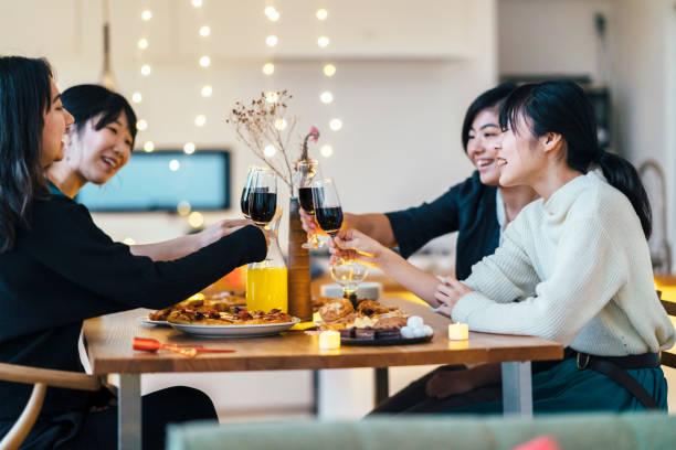 ホーム パーティーを楽しんでいる女性の友人のグループ - 親睦会 ストックフォトと画像