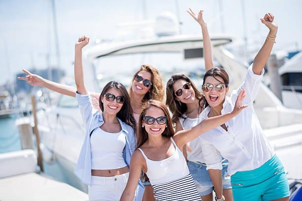 Groupe de femmes sur un yacht sur les jours fériés - Photo