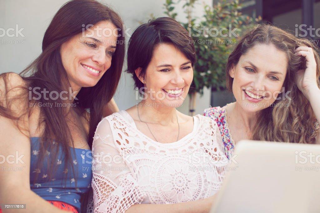 Grupo de mulheres se divertindo com o computador - foto de acervo