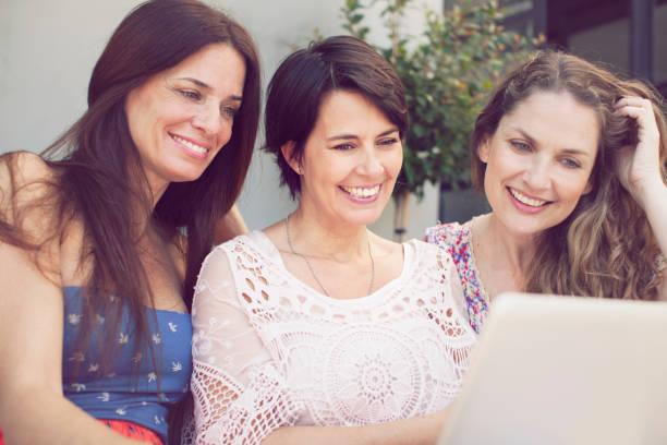 grupo de mulheres se divertindo com o computador - belas mulheres argentina - fotografias e filmes do acervo