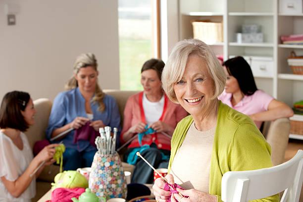 gruppo di donne lavorare a maglia - lavorare a maglia foto e immagini stock