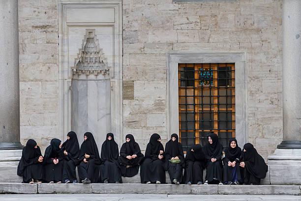 eine gruppe von frauen. - burka stock-fotos und bilder