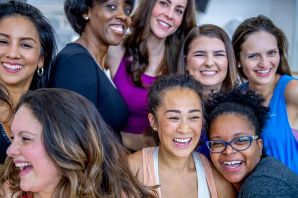 grupo de mujeres posando para la foto - sólo mujeres fotografías e imágenes de stock