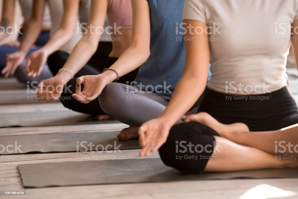 Gruppe von Frauen praktizieren Yoga in leicht Sitz, Nahaufnahme - Lizenzfrei Frauen Stock-Foto