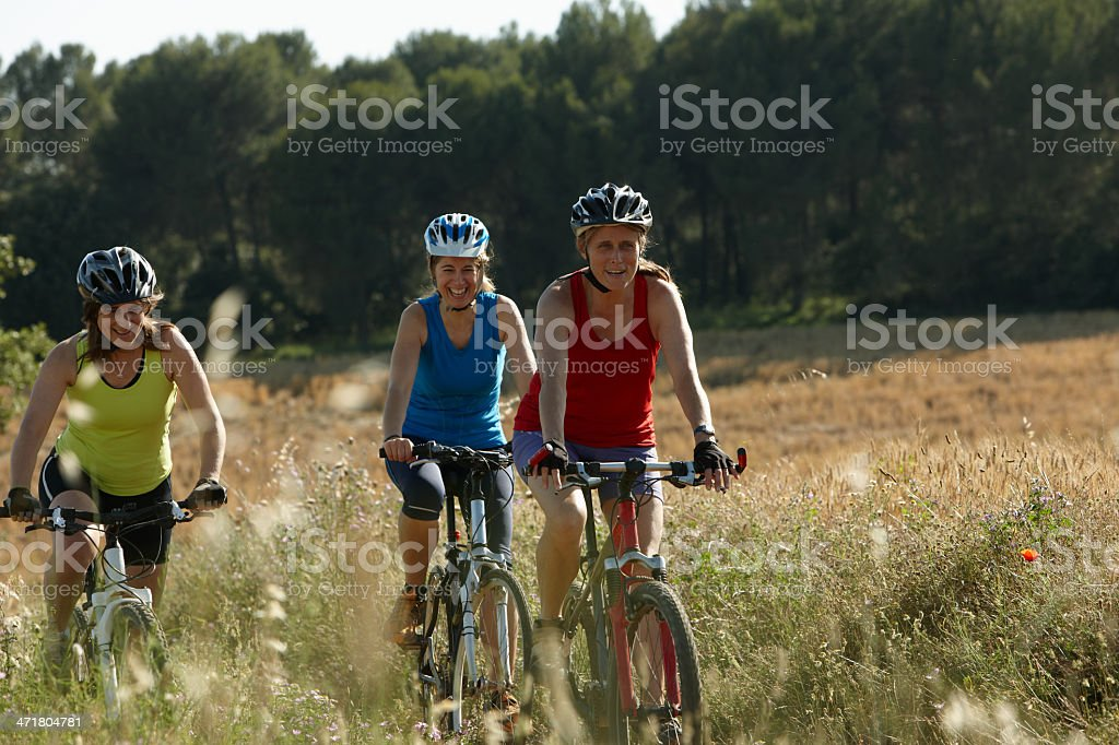 Gruppe von Frauen riding mountain bike – Foto